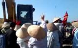Vụ máy xúc chèn qua người dân vì ngăn cản thi công: Triệu tập cuộc họp