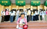 Buộc ngân hàng phản hồi thắc mắc về phí ATM