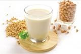 Có nên uống sữa đậu nành thay nước?
