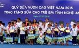 Vinamilk tặng quà con em các gia đình chính sách tại Nghệ An