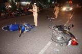 2 xe máy húc nhau, 2 người vào viện cấp cứu