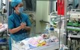 Bé trai 11 ngày tuổi bị đâm vào đầu đã cai được máy thở