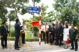 """Tùng Dương hát """"Nhớ mùa thu Hà Nội"""" trên phố Trịnh Công Sơn"""