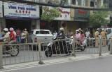 Ô tô lao vào tiệm thuốc đông y khiến 2 phụ nữ phải nhập viện