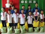 Tặng quà học sinh nghèo