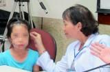 Bị chó cắn, bé gái 8 tuổi phải khâu hàng trăm mũi trên mặt