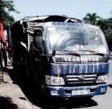 Xe tải bốc cháy trên đường Hùng Vương