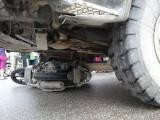 Một phụ nữ chết thảm dưới gầm xe tải