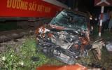 Ô tô con băng qua đường sắt bị tàu đâm trực diện, 4 người nguy kịch