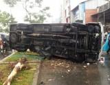 Ô tô 29 chỗ lật ngang, hành khách kêu cứu