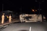 Xe khách lật nhào vì đâm dải phân cách, nhiều người bị thương