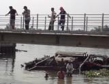 Chìm xà lan 200 tấn, nhiều người nhảy sông thoát nạn