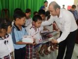 Chi đoàn Báo Long An tặng 130 phần quà cho học sinh nghèo