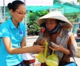Gần 80 suất cơm từ thiện đến với người nghèo