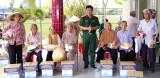Lực lượng vũ trang huyện Bến Lức: Khám bệnh, tặng quà cho nhân dân