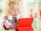 Chơi máy tính bảng quá nhiều khiến cơ xương trẻ phát triển không bình thường