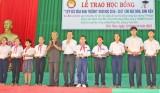 Nguyên Chủ tịch nước Trương Tấn Sang trao học bổng tại Đức Hòa