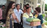 Đức Hòa tặng quà cho hội viên người mù