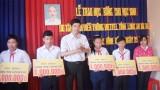 Viettel Long An trao học bổng cho học sinh nghèo hiếu học