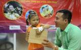 Xạ thủ Hoàng Xuân Vinh trao quà cho bệnh nhi ở Bệnh viện Việt Đức