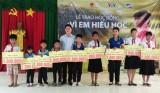 Viettel Long An trao 30 suất học bổng cho học sinh biên giới
