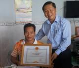 Lãnh đạo tỉnh Long An chúc mừng và tặng 30 triệu đồng cho lực sĩ Lê Văn Công