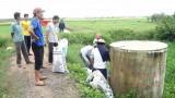 Nông dân Đức Huệ ra quân thu gom bao bì, vỏ chai thuốc BVTV