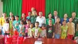 Hội Bảo vệ quyền trẻ em Việt Nam tặng quà ở Vĩnh Hưng