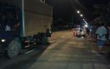Xe tải cuốn xe mô tô vào gầm, 1 người chết tại chỗ