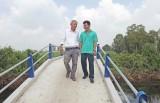 Người mang cầu giao thông nông thôn đến vùng sâu