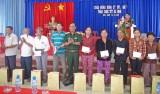 Phó Chính ủy Quân khu 7 thăm, chúc tết và tặng quà tại xã Bình Hòa Nam