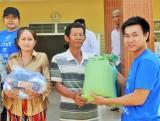 Trao 132 phần quà tết cho các hộ Việt kiều biên giới