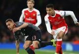 Sanchez cười nói vui vẻ trong thảm bại của Arsenal