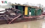 Bắt giữ tàu khai thác cát trái phép trên sông Kinh Thầy
