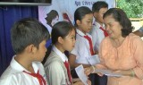 Đức Hòa: Tặng 100 phần quà cho học sinh có hoàn cảnh khó khăn