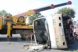 Xe buýt lật nghiêng đè lên xe máy khiến cặp vợ chồng chết tại chỗ