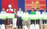 Nguyên Chủ tịch nước - Trương Tấn Sang trao tặng bò giống cho hộ nghèo, cận nghèo huyện Đức Hòa