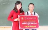 """Trao học bổng """"Thắp sáng ước mơ"""" cho em Nguyễn Xuân Phục"""