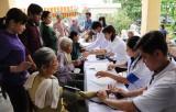 Bệnh viện Quân dân y miền Đông, Quân khu 7 khám bệnh, cấp thuốc, tặng quà cho người dân ở Thạnh Hóa