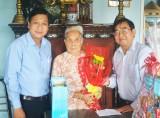 Phó Bí thư Thường trực Tỉnh ủy Long An - Đỗ Hữu Lâm thăm và tặng quà gia đình chính sách