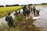 Cán bộ, chiến sĩ Đồn Biên phòng Long Khốt giúp dân gia cố đê cứu lúa