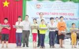 Đoàn Thanh niên Hải quan trao 200 quà cho học sinh nghèo hiếu học