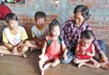 Cảm thương người bà già yếu nuôi 4 cháu nhỏ