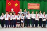 Phó Bí thư Thành ủy TP.HCM - Tất Thành Cang trao học bổng cho học sinh nghèo hiếu học tại huyện Cần Giuộc