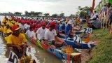Phó Chủ tịch UBND tỉnh – Phạm Văn Cảnh dự lễ hội đua ghe ngo tại tỉnh Svây Riêng, Vương quốc Campuchia