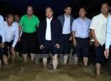 Thủ tướng lội nước, thị sát tình hình ngập lụt tại phố cổ Hội An