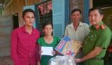 Thủ Thừa: Tổ chức thăm, tặng quà gia đình nạn nhân do tai nạn giao thông