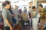 Thủ Thừa: Tặng quà hộ nghèo, tàn tật, nạn nhân chất độc da cam