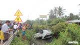 Tiền Giang: Ô tô lật ngửa xuống kênh, 4 người thoát chết