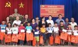 Bí thư Tỉnh ủy - Phạm Văn Rạnh trao quà Tết cho trẻ em nghèo